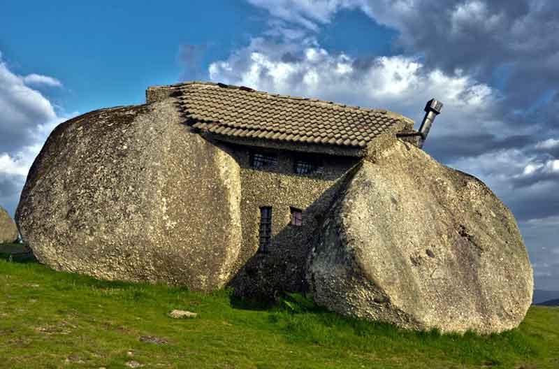 Bangunan Unik Stone House