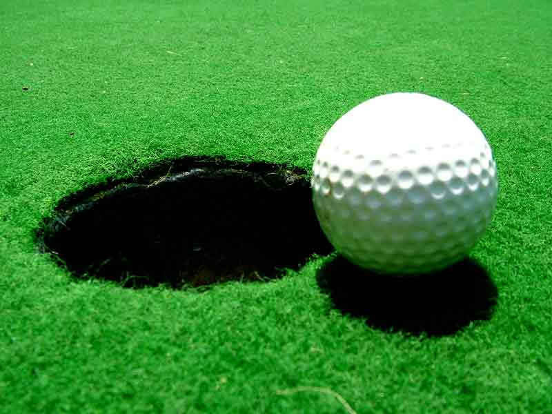 Bola-Golf benda jatuh dari langit
